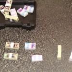 Dollars et euros, les liasses sont bien sculptées et peintes différemment recto/verso