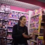 Visite en magasin de jouets par la Connasse de Canal+