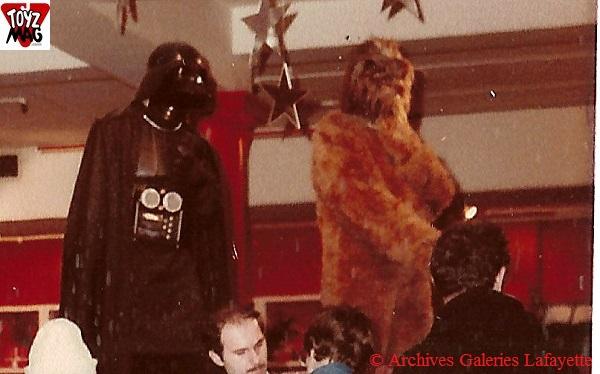 Cerise sur le gâteau : des mannequins à l'effigie de Vador et Chewbacca surplombent le vendeur, dans les étoiles ! Notez l'étrange boitier sur le poitrail du seigneur Sith ! © Archives Galeries Lafayette