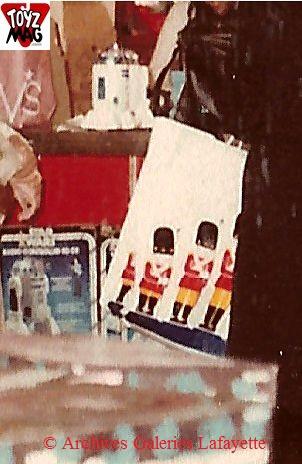 Où l'on voit que R2 radiocommandé trône sur le comptoir des vendeurs, non loin du célèbre sac à l'enseigne du magasin visité. © Archives Galeries Lafayette