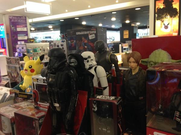 Oui oui... ils sont bien là les nouveaux héros Rogue One... Au coeur des Champs Elysées ! Mais pas forcément au format où on les cherche le plus...
