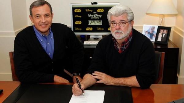 Robert Iger et George Lucas signant le contrat de rachat de Lucasfilm par The Walt Disney Company