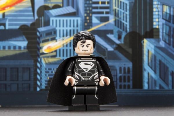 sdcc-2013-superman-black-suit-exclusive-minifig-600x400