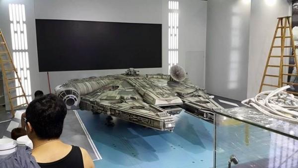 1/6th scale Millennium Falcon HOT TOYS